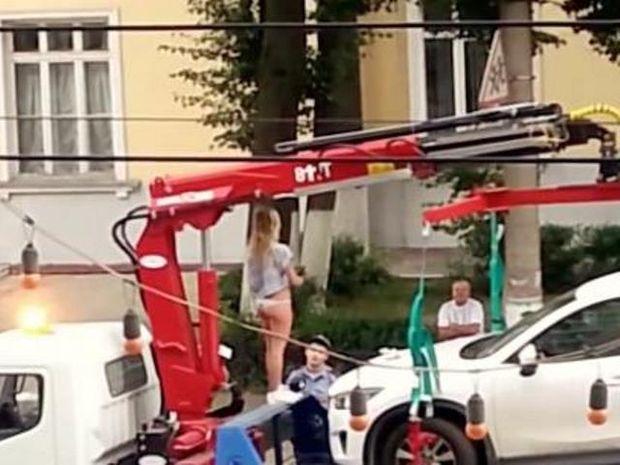 Τι άλλο θα δούμε! Έκανε στριπτίζ στη μέση του δρόμου για να μην της πάρουν το όχημα!