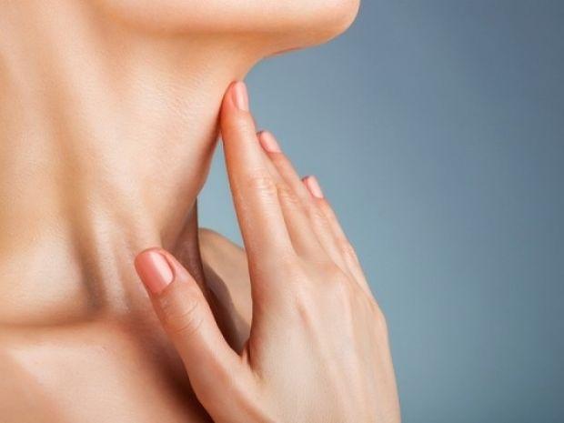 Σκουρόχρωμες κηλίδες στο λαιμό: Για ποια πάθηση προειδοποιούν