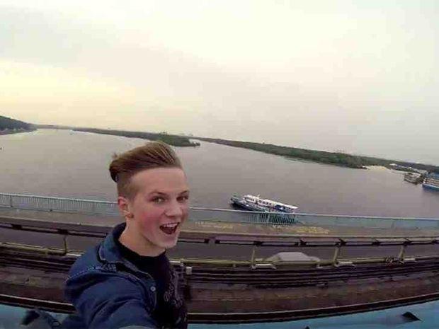 Δείτε το βίντεο ενός τρελού νεαρού Ρώσου που κάνει το γύρο του διαδικτύου!