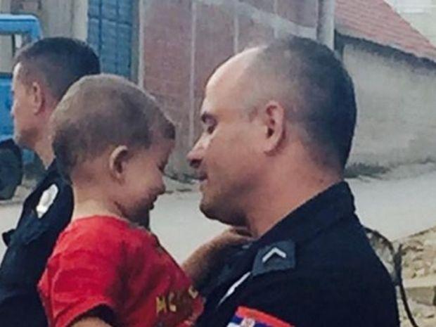 Η αγκαλιά Σέρβου αστυνομικού σε μικρό Σύριο πρόσφυγα που προκαλεί ρίγη