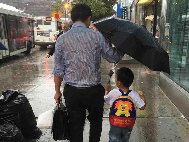 Όλοι οι μπαμπάδες πρέπει να γίνονται θυσία για τα παιδιά τους! Δείτε την τρυφερή φωτογραφία