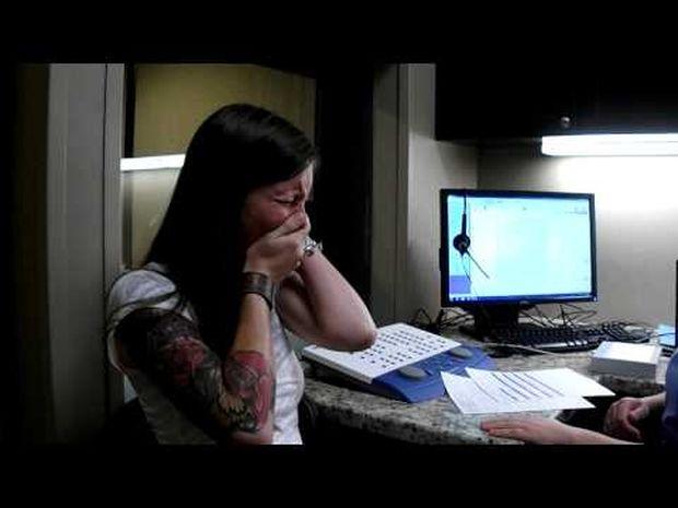 Συγκινητικό! Η μοναδική αντίδραση της κοπέλας που ακούει για πρώτη φορά στη ζωή της! (video)