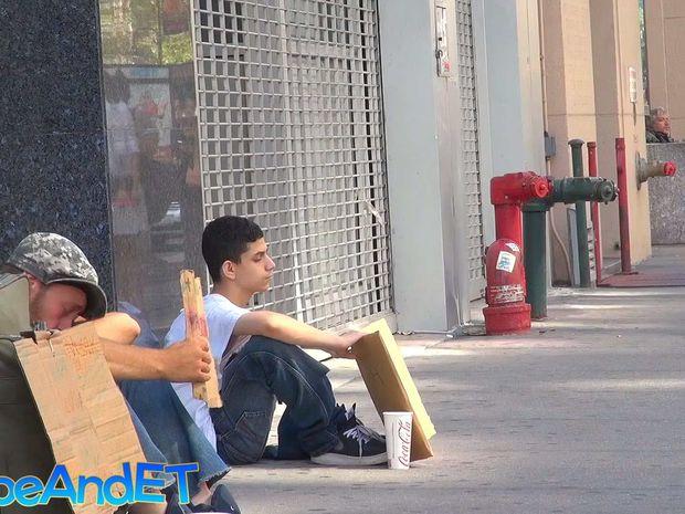 Ένας άστεγος ζητάει βοήθεια στο δρόμο, αλλά κανείς δεν περίμενε τέτοια αντίδραση! (video)