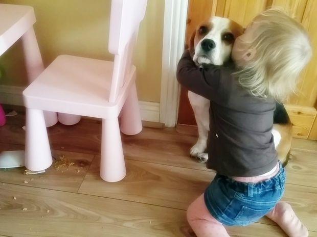 Δείτε τι κάνει αυτή η μικρούλα για να γλιτώσει ο σκύλος της την τιμωρία! (video)