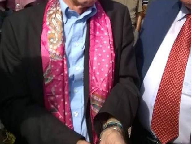 Ποιος Έλληνας πολιτικός κυκλοφόρησε με φούξια μαντήλι; (Και δεν είναι ο Ψινάκης)