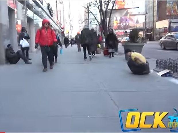 Το άστεγο αγόρι έτρεμε από το κρύο και ζητούσε βοήθεια… Δε φαντάζεστε από πού τη βρήκε! (video)