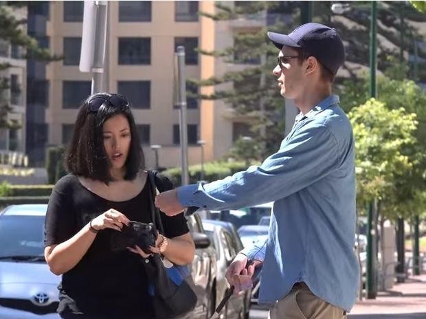 Παριστάνει τον τυφλό και ζητάει να του χαλάσουν ένα χαρτονόμισμα! Το αποτέλεσμα θα σας σοκάρει! (video)