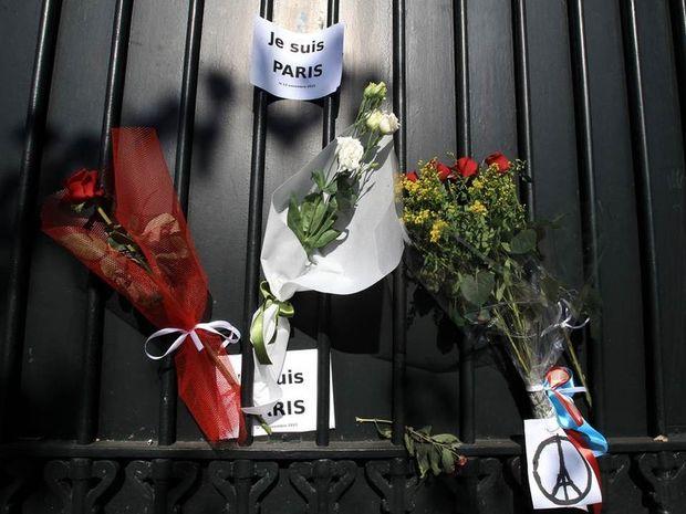 Λουλούδια έξω από τη Γαλλική πρεσβεία στην Αθήνα