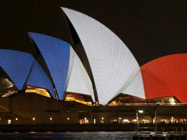 Επίθεση Παρίσι: Όλος ο πλανήτης στα χρώματα της Γαλλίας (photos)