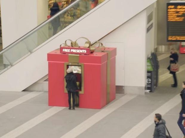 Υπέροχο! Αυτό το μεγάλο κουτί μοιράζει δώρα στον κόσμο υπό έναν όρο! (video)