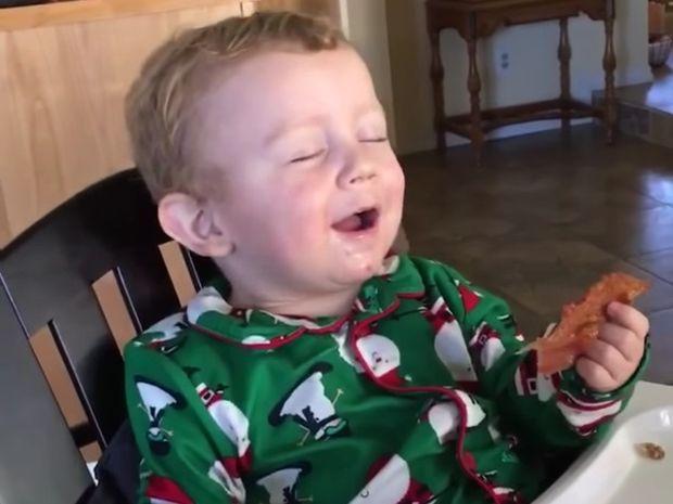 Δείτε την ξεκαρδιστική αντίδραση του μπόμπιρα που δοκιμάζει μπέικον πρώτη φορά! (video)