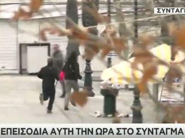 ΕΚΤΑΚΤΟ: «Πεδίο μάχης» το κέντρο της Αθήνας – «Πνίγεται» στα χημικά και τις μολότοφ το Σύνταγμα