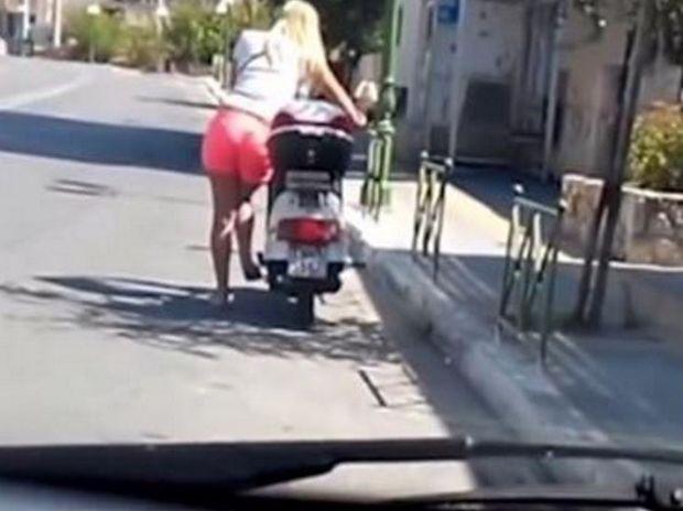 Ξεκαρδιστικό! Η κοπέλα προσπαθεί να βάλει μπρος το μηχανάκι πατώντας το σταντ! (video)