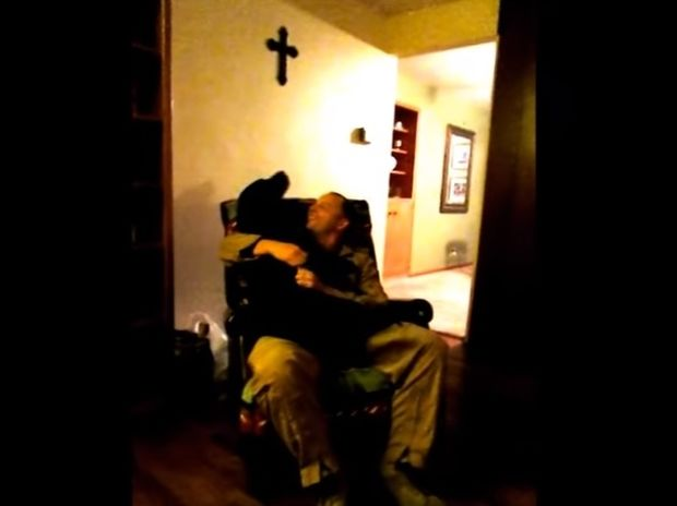 Υπέροχο! Ο σκυλάκος βλέπει τον ιδιοκτήτη του μετά από 6 μήνες και κλαίει από χαρά! (video)