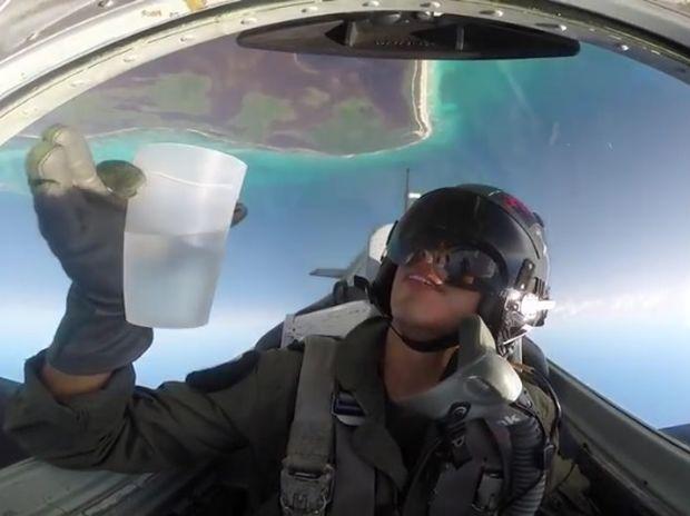 Εντυπωσιακό! Ο πιλότος πίνει νερό ενώ πετάει ανάποδα με το αεροπλάνο! (video)