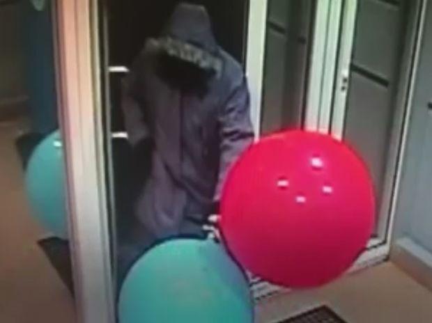 Εντυπωσιακό! Δείτε πώς κατάφερε να ληστέψει το ΑΤΜ με τη βοήθεια μπαλονιών! (video)
