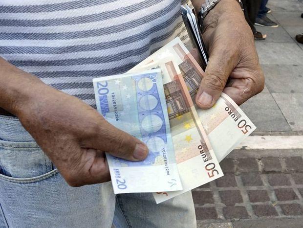 """Μαχαίρι 2,1 δισ. ευρώ σε μισθούς και συντάξεις με το """"καλημέρα"""" του κόφτη"""