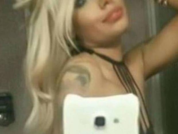 Γυμνές selfie από Ελληνίδα μοντέλο στο μπάνιο, «πανικός» στο facebook! (photos)