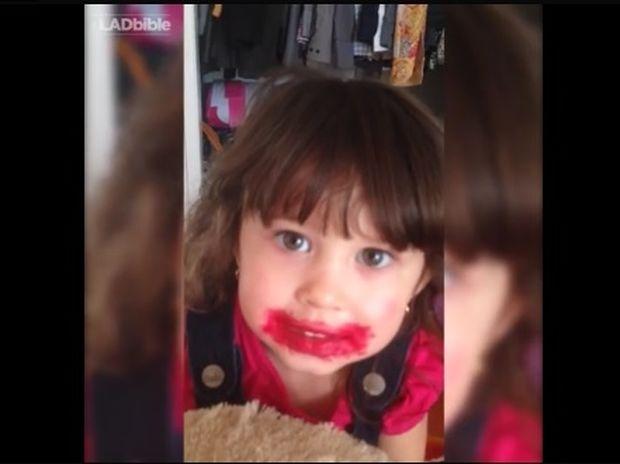 Το κοριτσάκι έσπασε το κραγιόν της μαμάς του, αλλά βρήκε τη λύση για μην το καταλάβει! (video)