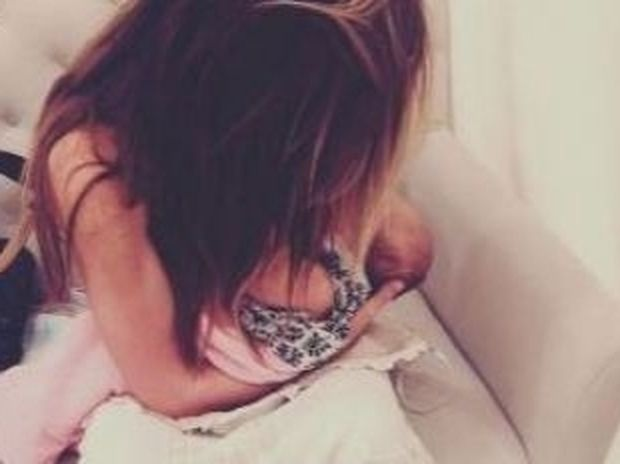 Θηλάζει την νεογέννητη κόρη της ενώ ψάχνει για νυφικό