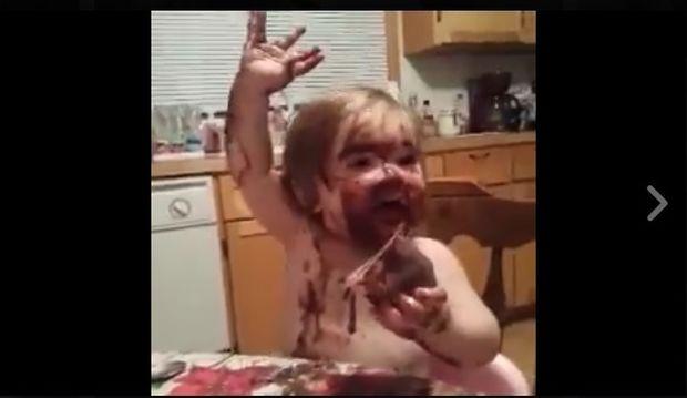 Ο μπόμπιρας λατρεύει την πουτίγκα! (video)
