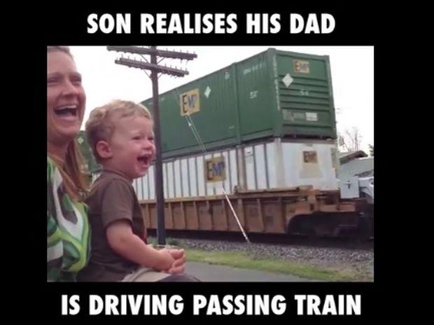 Η στιγμή που ο μπόμπιρας συνειδητοποιεί ότι ο μπαμπάς του οδηγάει το τρένο! (video)