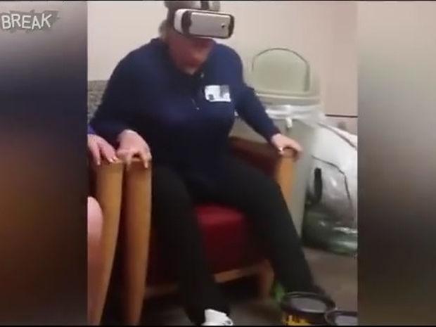 Εικονική πραγματικότητα! Η βόλτα με το τρενάκι θα της μείνει αξέχαστη! (video)