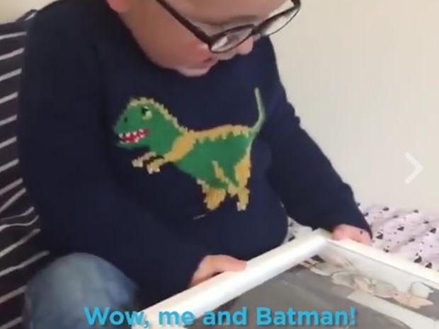 Ο μπόμπιρας που τρελαίνεται για τον Μπάτμαν έλαβε το πιο τέλειο δώρο! (video)