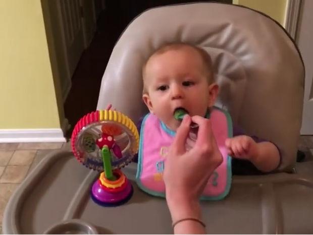 Ξεκαρδιστικό! Το μωράκι δοκιμάζει μπρόκολο για πρώτη φορά! (video)