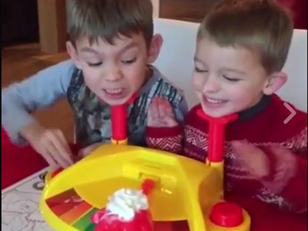 Η αντίδραση των παιδιών στο δώρο δεν ήταν ακριβώς αυτή που περίμενε! (video)