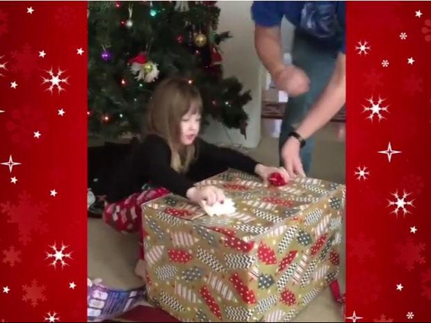 Το Χριστουγεννιάτικο δώρο το 'σκασε! (video)