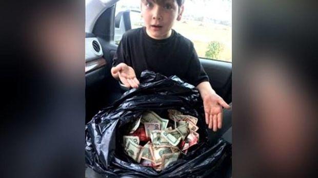Επτάχρονος «ντετέκτιβ» βρήκε χιλιάδες κλεμμένα δολάρια σε τσάντα σκουπιδιών (pic)