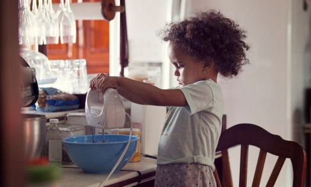 Πώς μπορούν να σας βοηθήσουν τα παιδιά σας στην κουζίνα ανάλογα με την ηλικία τους