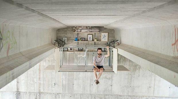 Ισπανός σχεδιαστής έφτιαξε το γραφείο του κάτω από πολυσύχναστη γέφυρα