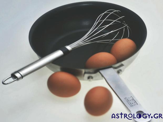 Ένα πρωινό στην κουζίνα η σύζυγος τηγανίζει αυγά...