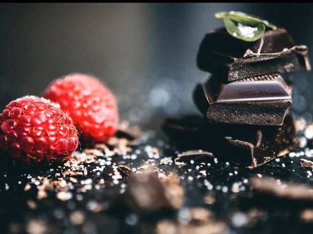 Chocolate lovers προσοχή: Ξέρατε πως η μαύρη σοκολάτα έχει περισσότερες θερμίδες από τη γάλακτος;