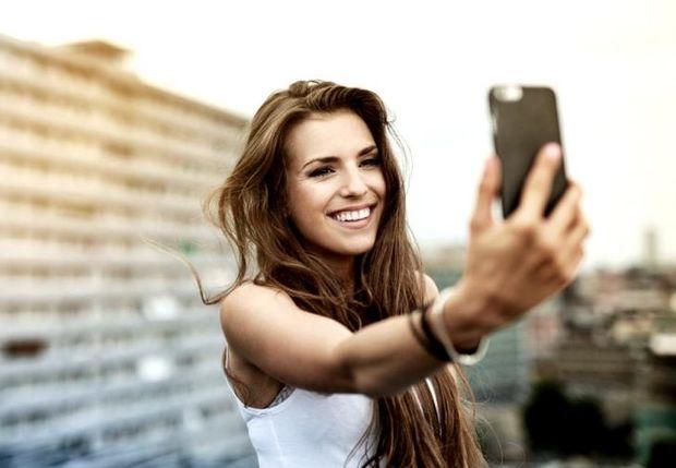 Ο λόγος που δεν βγαίνεις το ίδιο όμορφη στις selfies έχει επιστημονική εξήγηση
