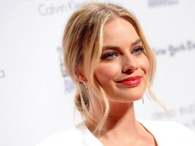Margot Robbie: Ο μικρός της αδερφός τη συναγωνίζεται άνετα σε γοητεία