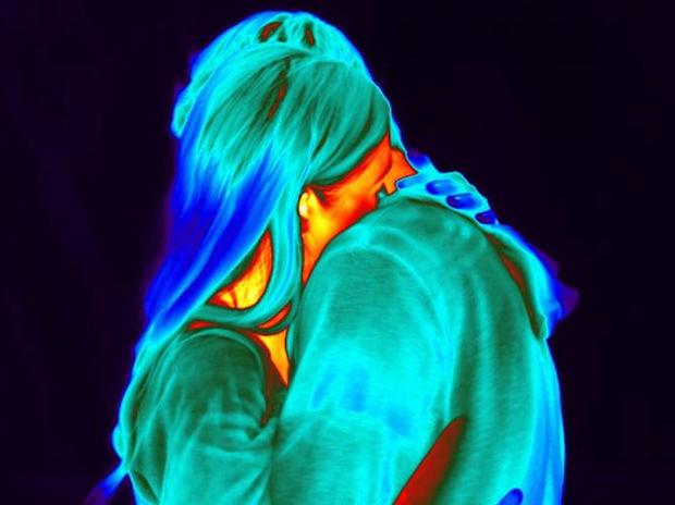 Απολαυστικό βίντεο! Να τι προκαλεί ένα ερωτικό φιλί στον εγκέφαλό σου