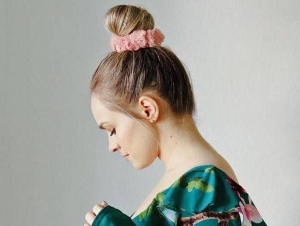 4 διαφορετικοί τρόποι να χρησιμοποιήσεις το scrunchie στα μαλλιά σου