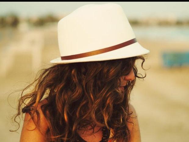 Πώς θα κάνεις beachy waves στα μαλλιά σου μέσα σε 5'