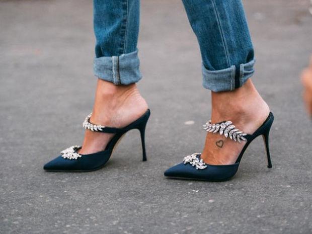 Τα παπούτσια που θα κάνουν πιο κομψό το denim παντελόνι σου