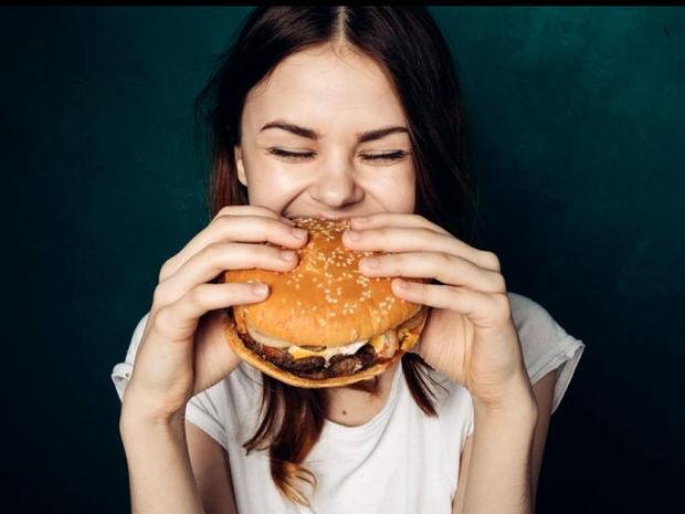 Το μυστικό είναι στο μάσημα: Φάε την ίδια ποσότητα φαγητού, λάβε λιγότερες θερμίδες
