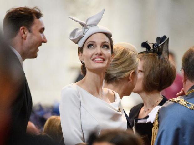 Angelina Jolie: Εμφανίστηκε σε επίσημη βρετανική τελετή και εύκολα θα την μπερδεύαμε με royal lady
