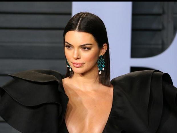 Kendall Jenner: Φόρεσε ένα τσαντάκι στο πόδι και τα It Girls προσκύνησαν