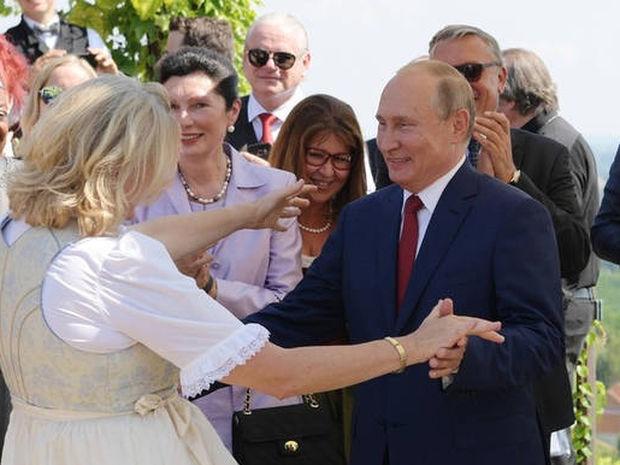 Αυτή είναι η βαθιά υπόκλιση στον Πούτιν που ξεσήκωσε θύελλα αντιδράσεων (Vid)