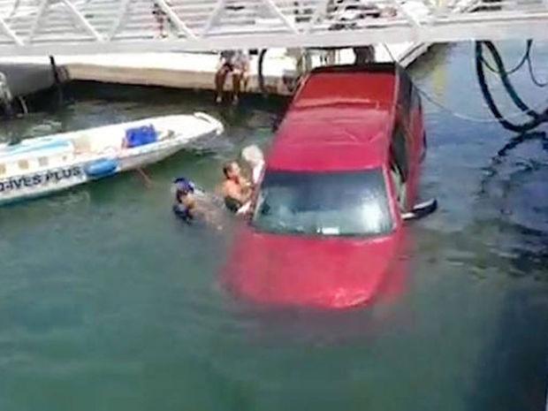 Δείτε την προσπάθεια περαστικών να σώσουν οικογένεια που έπεσε με το αυτοκίνητό της σε θάλασσα (vid)