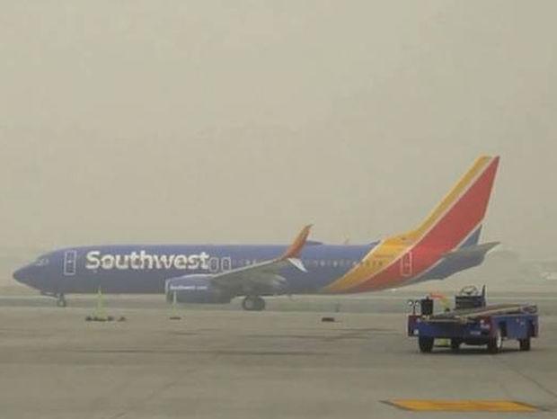 Τοπίο στην… αιθαλομίχλη: Πυκνοί καπνοί σκεπάζουν αεροδρόμιο στις ΗΠΑ (vid)