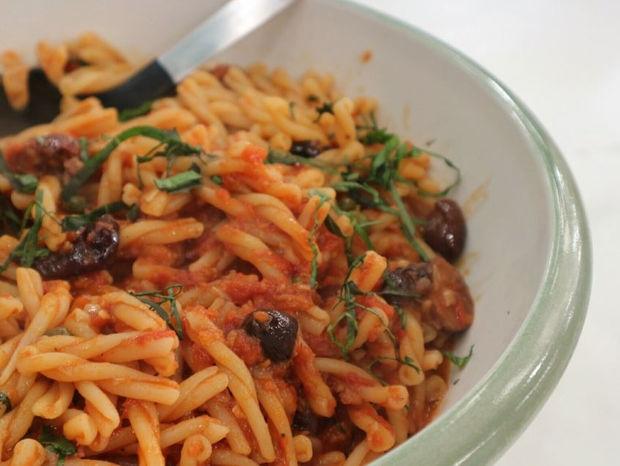 Πλεξούδες με κόκκινη σάλτσα, αντζούγιες και ελιές