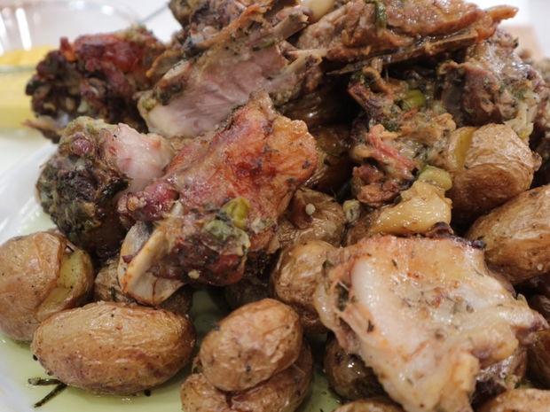 Κατσικάκι λεμονάτο στη γάστρα με πατάτες baby